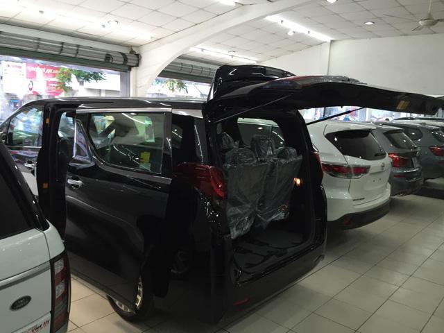 So với thế hệ cũ, Toyota Alphard 2016 có kích thước tổng thể tăng đáng kể. Trong đó, nổi bật là chiều dài cũng như chiều rộng tăng thêm 70 mm và 20 mm. Bản thân chiều dài cơ sở cũng tăng thêm 50 mm. Cụ thể, Toyota Alphard thế hệ thứ 3 có kích thước dài 4.915 mm, rộng 1.850 mm, cao 1.880 mm và chiều dài cơ sở 3.000 mm.
