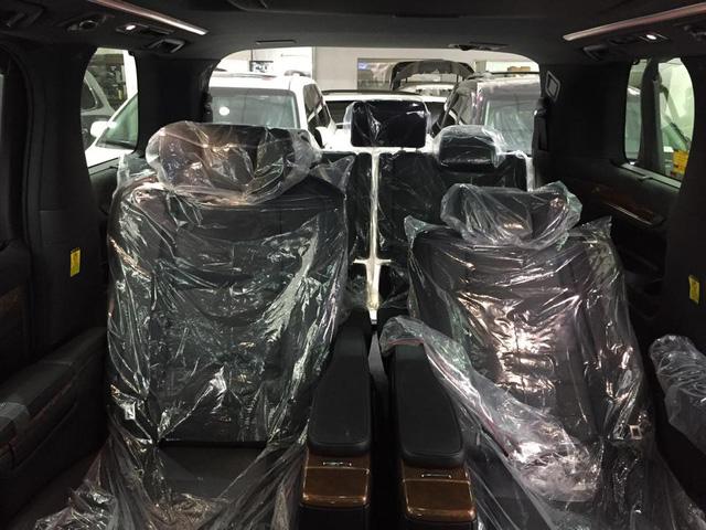 Hàng ghế sau nổi bật với nhiều tính năng thương gia thường thấy trên các dòng sedan cao cấp như ghế tích hợp thêm bàn đặt chân chỉnh điện hay bàn làm việc riêng giữa hai hàng ghế.