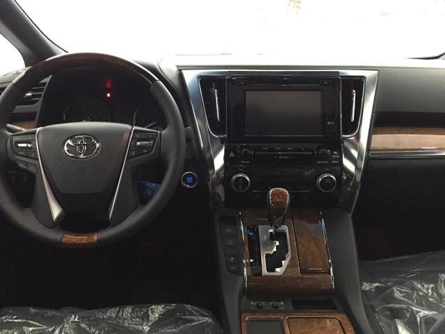 Khoang lái được trang bị nhiều tính năng giải trí cơ bản như màn hình cảm ứng 8 inch, hệ thống âm thanh JBL 17 loa hay điều hòa tự động 3 vùng. Ngoài ra, bệ cần số cùng một số chi tiết ốp gỗ mang đến sự sang trọng cho mẫu MPV cao cấp.