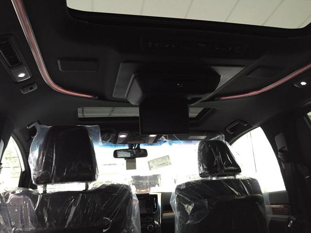 Trần xe nổi bật với cửa sổ trời, cùng màn hình 9 inch mang đến những giây phút giải trí thú vị cho người ngồi ở hai hàng ghế sau.