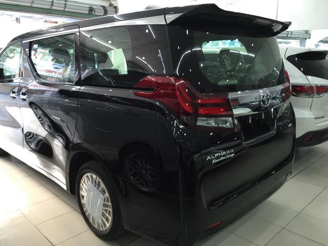 Toyota Alphard 2016 xuất hiện tại thị trường Việt Nam đa số đều được trang bị động cơ V6, DOHC, dung tích 3,5 lít, sản sinh công suất tối đa 276 mã lực tại vòng tua 6.200 vòng/phút và mô-men xoắn cực đại 340 Nm tại vòng tua 4.700 vòng/phút. Sức mạnh được truyền tới bánh thông qua hộp số tự động 6 cấp ECT.