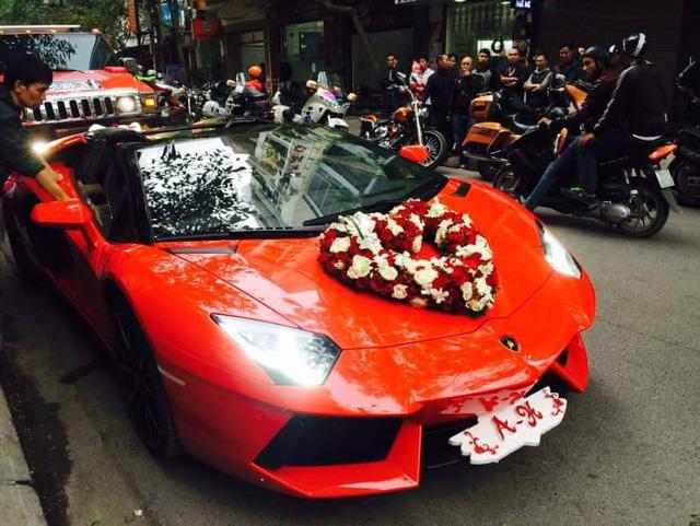 Aventador nổi bật trên phố trong bộ áo đỏ bắt mắt, ngoài ra hoa cưới hình trái tim được trang trí đơn giản trên nắp capô xe. Cản trước được trang trí ấn tượng với tên viết tắt của chú rễ và cô dâu.