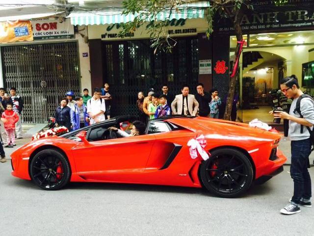 Khác với những lần ra phố trước đây, trong ngày đón dâu hôm nay, chiếc siêu xe Lamborghini Aventador Roadster đã mở mui. Được biết, siêu xe hàng độc này thuộc sở hữu của một đại gia tại Hải Phòng.