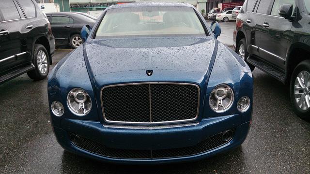Chiếc thứ 2 xuất hiện trong cơn mưa sáng 6/7 là một mẫu Bentley Mulsanne Speed khác. Xe mang nước sơn ngoại thất xanh lam tương tự như người anh em đang nằm tại một showroom trên đường Lê Văn Lương kéo dài, Hà Nội.