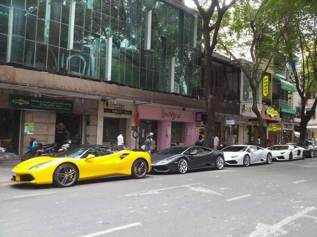 Sau sự xuất hiện của bộ 3 siêu xe khiến đường phố Sài thành náo loạn, hai chiếc Lamborghini Huracan và Avenatdor LP700-4 khác cũng nhanh chóng góp mặt vào dàn siêu xe đình đám.