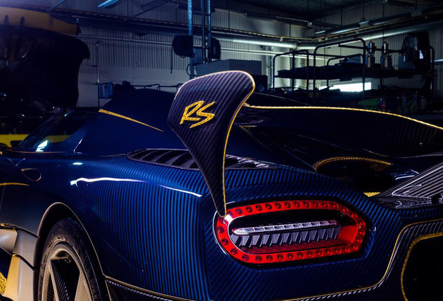Koenigsegg Agera RS Naraya được phủ sợi carbon màu xanh đậm.