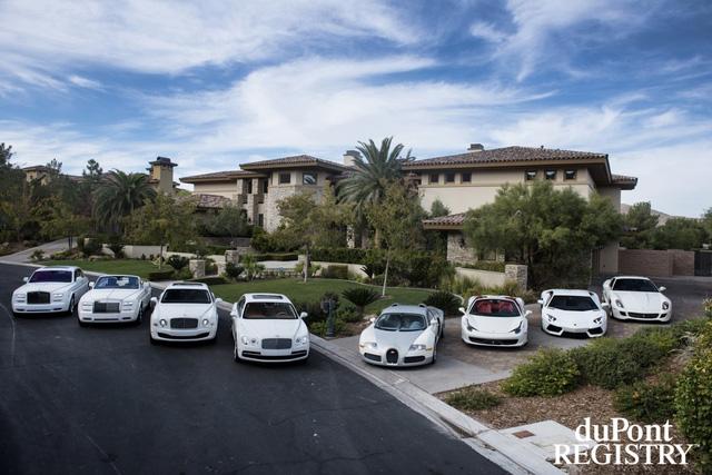 Có thể thấy, Floyd Mayweather rất thích màu trắng. Những chiếc xe của anh đa phần đều có màu sơn ngoại thất trắng tinh.