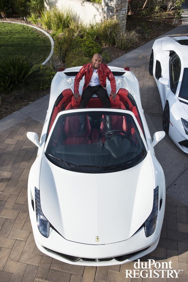 Ferrari ngồi trong chiếc Ferrari 458 Spider màu trắng muốt và nội thất đỏ đối lập.