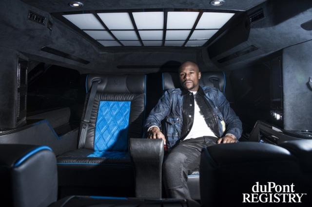 Floyd Mayweather bên trong chiếc xế do hãng Lexani độ riêng theo ý của võ sỹ giàu nhất thế giới.