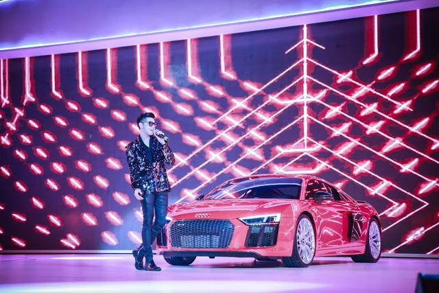 Anh trình diễn một ca khúc sôi động trên sân khấu cùng hàng hot Audi R8
