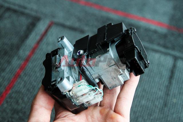 Bộ ổ khóa smartkey có kích thước lớn gần gấp đôi so với ổ khóa điện thông thường. Ổ khóa này được làm khá kín, kết nối với các bộ phận khác qua một giắc cắm duy nhất (phần màu đen, bìa phải ảnh).