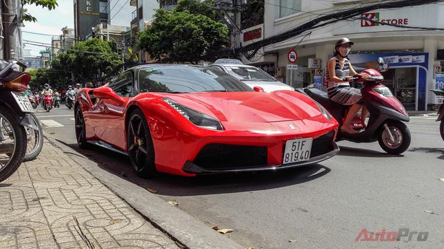 Chiếc Ferrari 488 GTB màu đỏ xuất hiện trong bài được bố trí nóc đen và cản trước màu đen nhằm tạo sự khác biệt so với 5 chiếc còn lại tại Việt Nam.