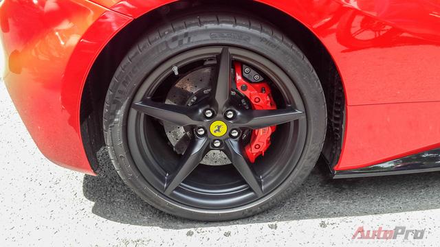 Ferrari 488 GTB sử dụng bộ mâm 5 chấu. Hệ thống phanh và lốp xe giống trên siêu xe LaFerrari.