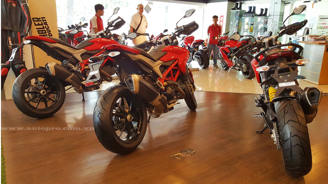 Ducati Hypermotard 939, Hyperstrada 939 và Hypermotard SP 939 hoàn toàn mới trình làng lần đầu tiên trong triển lãm EICMA 2015 nhằm thay thế cho các phiên bản 821 cc đã trở nên lỗi thời.