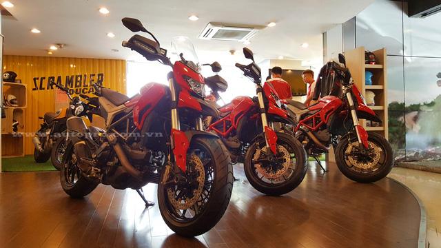 Hệ thống treo trên Ducati Hyperstrada 939 bao gồm phuộc trước Upside Down 43 mm của Kayaba và giảm xóc đơn Sachs tùy chỉnh theo tải. Trọng lượng khô của Ducati Hyperstrada 939 rơi vào khoảng 187 kg.