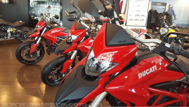Ducati Hyperstrada 939 đi kèm một số trang thiết bị tiêu chuẩn như kính chắn gió, yên xe đúng chuẩn dòng touring, tay nắm dành cho hành khách ngồi sau, hộp đựng đồ bên hông với dung tích 50 lít và ốp gầm bảo vệ động cơ.