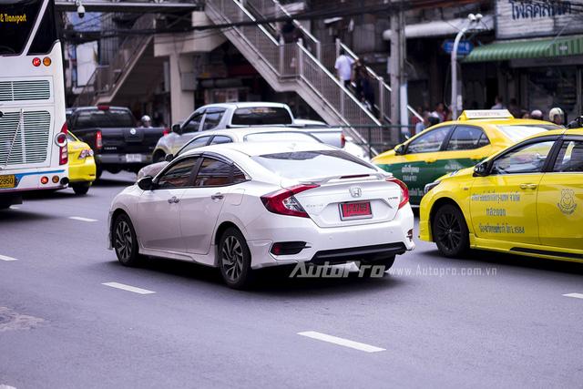 ' Honda Civic thế hệ mới với thiết kế trẻ trung và thể thao hơn cũng chỉ có thể ra mắt khách hàng trong nước sớm nhất vào tháng 10 tới đây tại triển lãm Ô tô Việt Nam 2016 (VMS). '