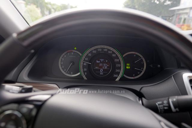 Trên chặng đường qua các khu đô thị, nhóm phóng viên sử dụng hệ thống Cruise Control để duy trì tốc độ 49km/h với vòng tua chỉ khoảng 1.250 vòng/phút. Lượng nhiên liệu tiêu thụ tức thời chỉ khoảng 5,1-5,3 lít/100km.