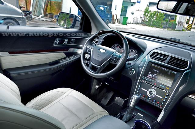 Ngoài ra, Ford Explorer Platinum 2016 còn có vô lăng bọc da và ốp gỗ, có chức năng sưởi ấm.