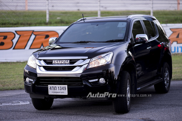 ' Isuzu MU-X vừa ra mắt tại Việt Nam nhưng lại thuộc phiên bản cũ hơn xe ở Thái Lan. '