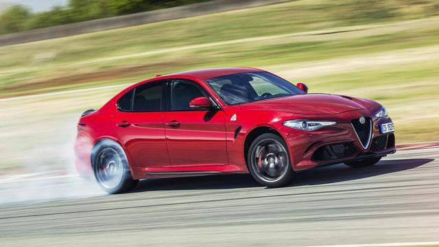 Alfa Romeo Giulia QV – 7 phút 39 giây. 1 giây - đó là khoảng cách giữa Porsche Panamera với Alfa Romeo Giulia. Chắc chắn Giulia sẽ là 1 cỗ máy mang lại cảm giác lái đã hơn và hãng xe Italia sẽ không để Porsche xếp trên mình được.