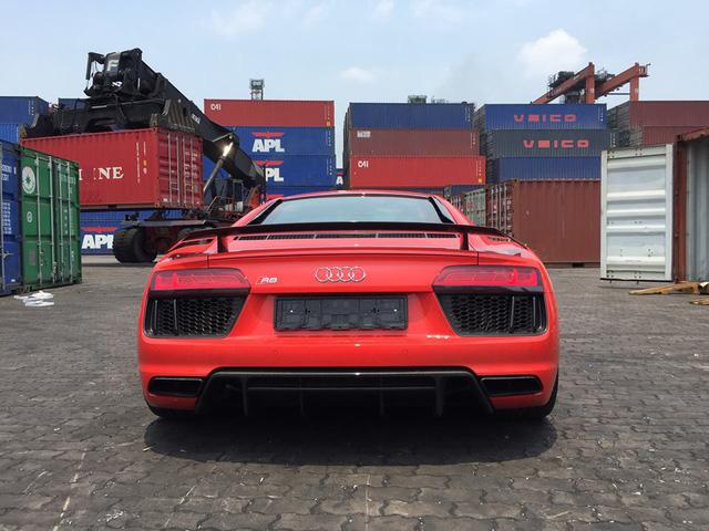 Đuôi xe với 2 khe hốc gió bên hông, cản va sau, cũng được thiết kế lại thể thao hơn trước, ngoài ra, cánh lướt gió cố định cũng là trang bị tiêu chuẩn trên Audi R8 V10 Plus 2016 thay cho loại điều chỉnh bằng điện ở phiên bản tiêu chuẩn.