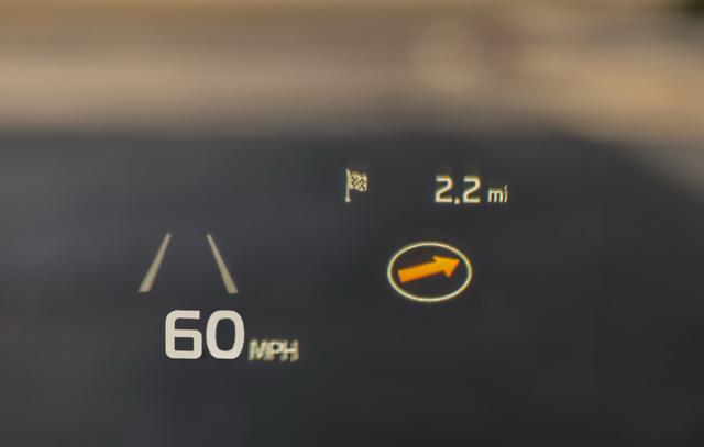 Ngoài chất lượng tốt hơn, khoang lái của Kia K7 2017 còn có màn hình hiển thị thông tin trên kính chắn gió...