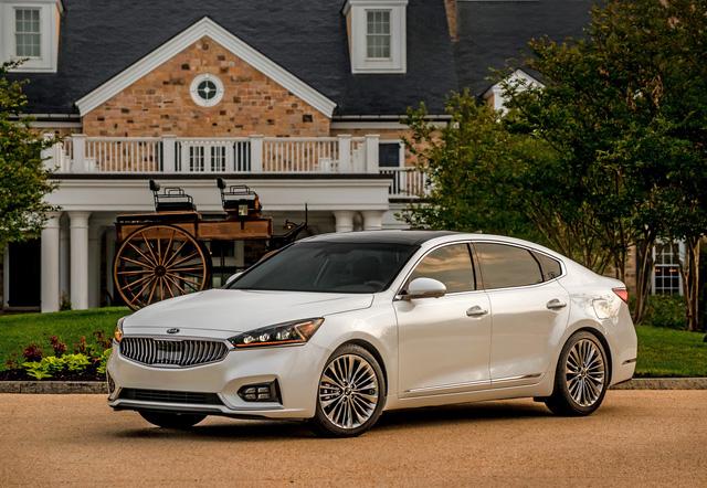 Kia K7 thế hệ mới đã chính thức được giới thiệu với thị trường quốc tế trong triển lãm New York 2016 diễn ra hồi đầu năm nay dưới cái tên Cadenza. Đến nay, hãng Kia lại tung thêm thông tin và hình ảnh cụ thể của mẫu sedan này trước khi tung xe ra thị trường Mỹ.