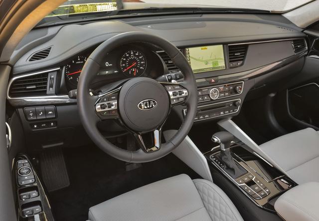 hệ thống giám sát toàn cảnh nâng cấp, bộ sạc điện thoại không dây, hệ thống thông tin giải trí UVO mới nhất, tương thích với 2 ứng dụng Apple CarPlay và Android Auto.