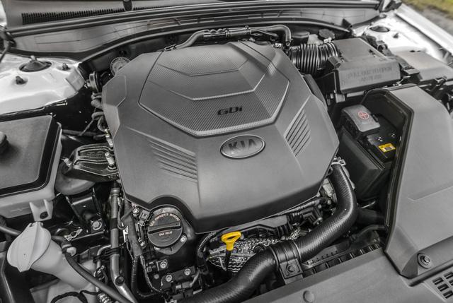 Trái tim của Kia K7 thế hệ mới tại thị trường Mỹ là khối động cơ xăng V6, dung tích 3,3 lít cải tiến. Động cơ tạo ra công suất tối đa tối đa 290 mã lực và mô-men xoắn cực đại 253 lb-ft. Sức mạnh được truyền tới cầu trước thông qua hộp số tự động 8 cấp, hứa hẹn mang đến trải nghiệm lái ấn tượng hơn.