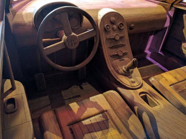 Không chỉ có kích thước như ông hoàng tốc độ ngoài đời thực, chiếc Bugatti Veyron SuperSport bằng gỗ thậm chí còn đi kèm không gian nội thất chi tiết như thật. Trong đó, có đầy đủ vô-lăng, cần số, bàn đạp và ghế ngồi.