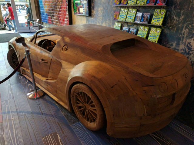 Khác với năm 2014, chiếc Bugatti Veyron SuperSport bằng gỗ nay đã được sơn màu. Chiếc Bugatti Veyron SuperSport bằng gỗ với tỷ lệ 1:1 đã nhanh chóng thu hút sự chú ý của nhiều người khi xuất hiện tại xứ sở hoa tulip.