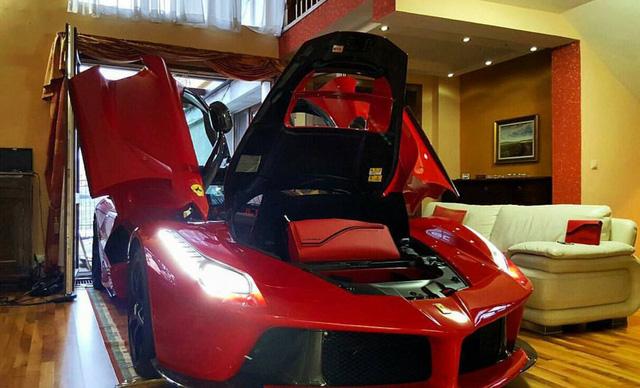 """Hiện không có nhiều thông tin liên quan đến """"thành cuồng"""" siêu xe tại Slovakia. Một số người dự đoán đây là người đàn ông từng lái chiếc siêu xe Ferrari LaFerrari và gặp tai nạn tại Budapest, Hungary vào cuối năm ngoái."""