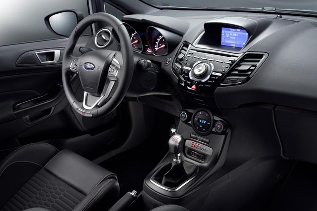 ' Bên trong Ford Fiesta ST200 có ghế trước Recaro thể thao, chỉ khâu màu bạc đối lập, bậc cửa lên xuống phát sáng và dây đai an toàn đặc biệt với những điểm nhấn màu bạc. '