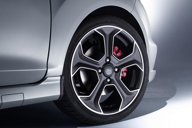 ' Ngoài động cơ nâng cấp, Ford Fiesta ST200 còn đi kèm màu sơn ngoại thất xám Storm Grey độc đáo. Đối lập với bộ cánh ngoại thất là kẹp phanh màu đỏ và bộ vành hợp kim 17 inch màu đen mờ. '