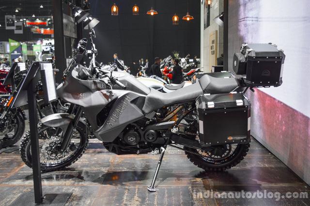 Được biết, Wilson sinh ra và lớn lên ở Mỹ nhưng hiện là đồng sở hữu đại lý Harley-Davidson tại Chiang Mai, Thái Lan. Chiếc 750 Stealth là tác phẩm mà anh Wilson mang đi tham gia cuộc thi độ Harley-Davidson Street 750 tại Thái Lan.
