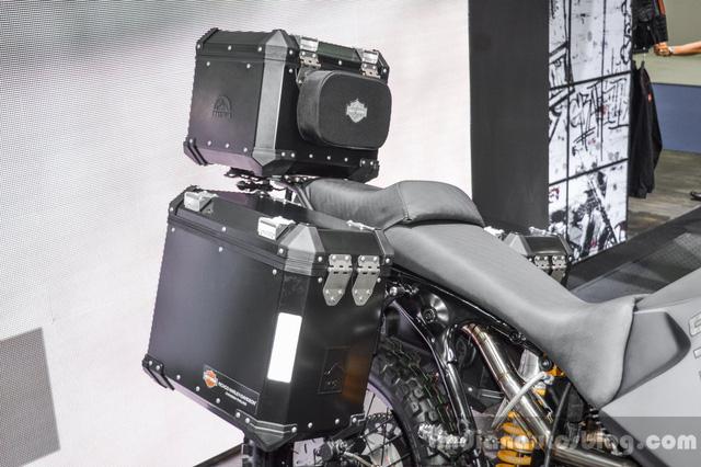 Chưa hết, Harley-Davidson 750 Stealth còn có phuộc lấy từ xe motocross phía trước và giảm xóc đơn Ohlins đằng sau. Để người lái chở thêm đồ, anh Wilson bổ sung hộp ở hai bên và trên đuôi xe.