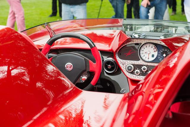 Bên trong khoang lái chiếc Kode57 là không gian nội thất màu đen đỏ với nhiều chi tiết bằng sợi carbon cao cấp. Cụm đồng hồ tốc độ và vòng tua máy được đặt chếch về phía bên phải, thay vì nằm sau vô lăng quen thuộc.