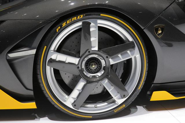 Thời gian tăng tốc từ 0-300 km/h của Lamborghini Centenario là 23,5 giây. Trong khi đó, vận tốc tối đa đạt mức hơn 350 km/h. Chưa hết, Lamborghini Centenario còn có thể giảm tốc từ 100-0 km/h trên quãng đường hơn 30 mét. Quãng đường cần để giảm tốc từ 300-0 km/h là 290 mét.