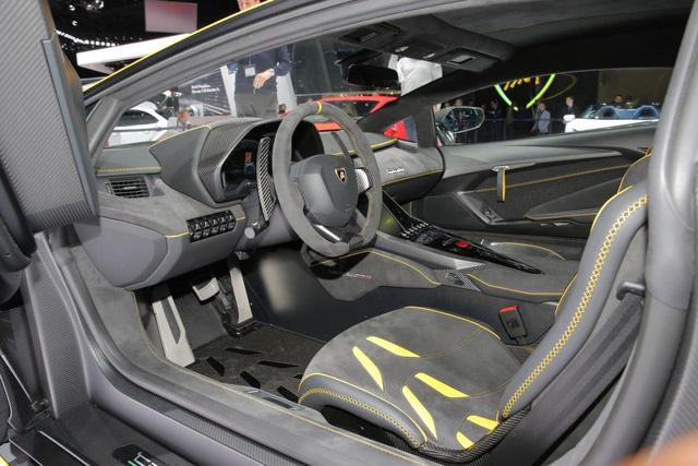 Bản thân không gian nội thất của Lamborghini Centenario cũng được thay đổi đáng kể. Trên cụm điều khiển trung tâm có màn hình cảm ứng 10,1 inch đồ sộ, tương thích với ứng dụng Apple CarPlay và lướt web. Quan trọng hơn, hệ thống có phần mềm viễn tin tích hợp sẽ phát huy tác dụng khi xe chạy trên đường đua.