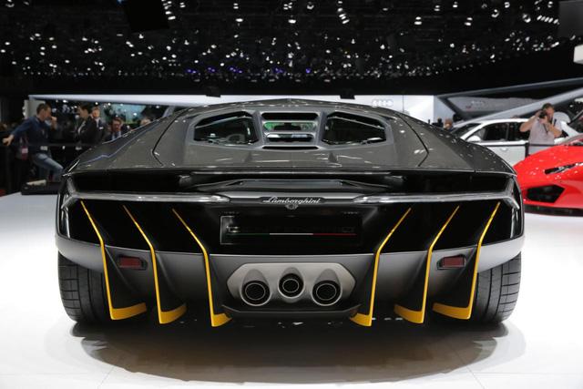 Hãng Lamborghini đã trang bị cánh gió đuôi cỡ lớn và mở rộng phía sau cho Centenario để tăng lực ép xuống đất khi xe chạy ở tốc độ cao.