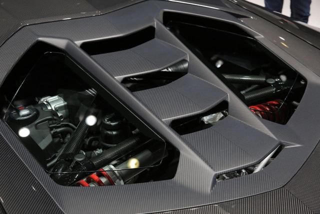 Chưa hết, hãng Lamborghini còn trang bị hệ thống lái cầu sau và nâng cấp động cơ cho Centenario. Trái tim của Lamborghini Centenario là khối động cơ V12, hút khí tự nhiên, dung tích 6,5 lít tương tự Aventador. Tuy nhiên, động cơ tạo ra công suất tối đa 770 mã lực, giúp Lamborghini Centenario tăng tốc từ 0-100 km/h trong 2,8 giây.