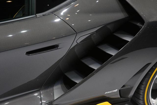 Hãng Lamborghini dự định chỉ sản xuất đúng 40 chiếc Centenario, chia đều cho 2 kiểu dáng coupe và mui trần. Hiện toàn bộ những chiếc Lamborghini Centenario đều đã có người mua dù sở hữu giá bán lên đến 1,75 triệu Euro, tương đương 1,9 triệu USD và 42,4 tỷ Đồng.