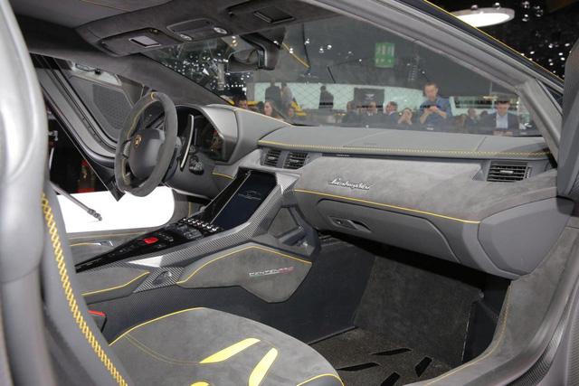 Trên xe còn có 2 camera để ghi lại toàn bộ hoạt động của Lamborghini Centenario. Nằm dưới nắp capô là cốp đựng đồ có đủ chỗ cho 2 chiếc mũ bảo hiểm.