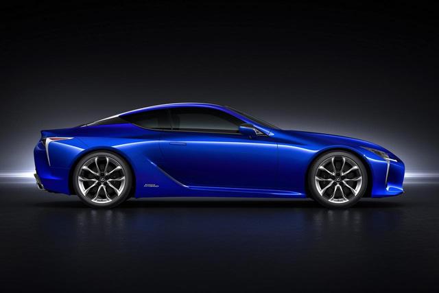 Tất cả những chi tiết này nằm trên một cấu trúc bằng sợi carbon. Chưa hết, Lexus LC 500h còn có bộ la-zăng bằng nhôm đúc với đường kính 20 inch tiêu chuẩn. Nếu bỏ thêm tiền, khách hàng có thể mua Lexus LC 500h với bộ vành bằng nhôm 20 hoặc 21 inch tùy chọn giúp cắt giảm thêm trọng lượng.