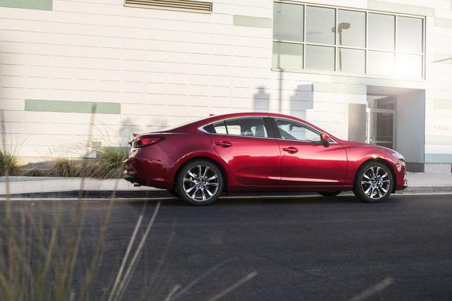 Bên dưới nắp capô của Mazda6 2017, hãng Mazda đã tăng tốc độ phản ứng của bướm ga cho những phiên bản đi kèm hộp số tự động SkyActiv-Drive 6 cấp. Thêm vào đó là hệ thống điều hướng mô-men xoắn G-Vectoring Control mới giúp cải thiện tốc độ phản ứng của hệ thống lái và độ cân bằng cho xe.