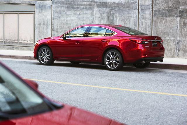 Chưa hết, hãng Mazda còn áp dụng nhiều giải pháp như kính cửa sổ trước dày hơn và trần xe cách âm tốt hơn để mang đến không gian nội thất yên tĩnh cho Mazda6 2017. Những bản trang bị cao cấp của Mazda6 2017 sẽ được trang bị kính cách âm trên cửa sổ trước.