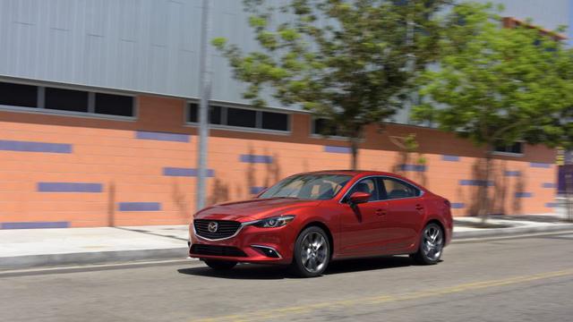 Nếu muốn tìm những điểm mới trong thiết kế ngoại thất của Mazda6 2017, bạn sẽ phải thất vọng. Ngoài đèn xi-nhan tích hợp trên gương ngoại thất và màu sơn xám Machine Grey cao cấp lấy từ CX-9 thế hệ mới, Mazda6 2017 không có gì thay đổi so với trước trong thiết kế.