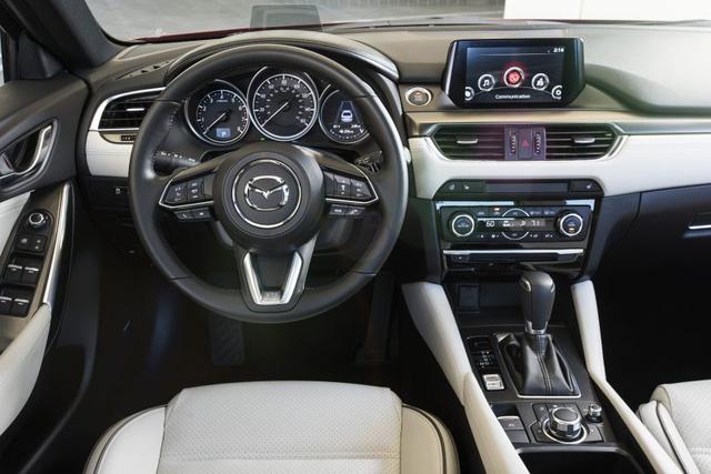 Những điểm mới bên trong Mazda6 2017 có vẻ dễ nhận ra hơn, đặc biệt ở vô lăng 3 chấu cũng có nguồn gốc từ CX-9.