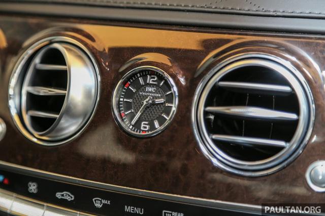 Trên bảng táp-lô còn có đồng hồ IWC trước đây chỉ dành cho các mẫu xe AMG.